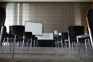 Chairs and projection screen in empty auditoriumの写真素材 [FYI02276700]