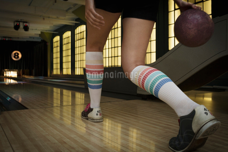 Young woman with knee-high socks bowlingの写真素材 [FYI02276806]
