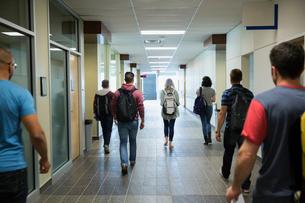 College students walking down corridorの写真素材 [FYI02276851]