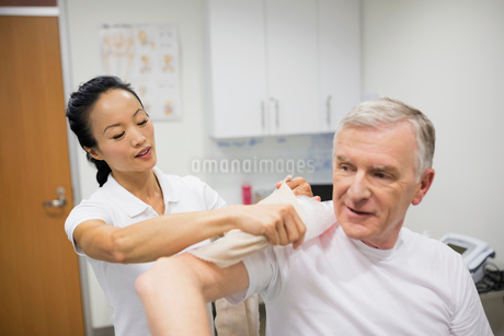 Physical therapist icing patient shoulderの写真素材 [FYI02276896]
