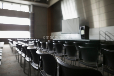Chairs in a row in empty auditoriumの写真素材 [FYI02277151]