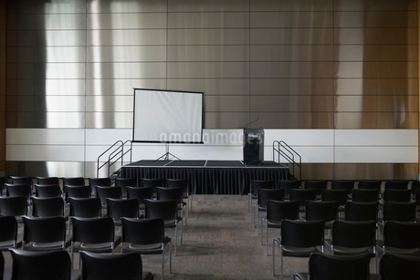 Chairs and projection screen in empty auditoriumの写真素材 [FYI02277338]