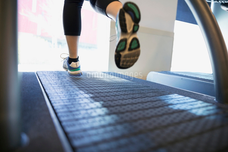 Womens feet running on treadmill at gymの写真素材 [FYI02277473]