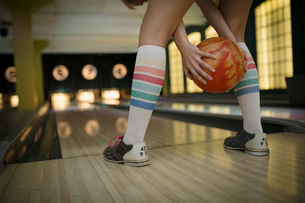 Young woman with knee-high socks bowlingの写真素材 [FYI02277680]