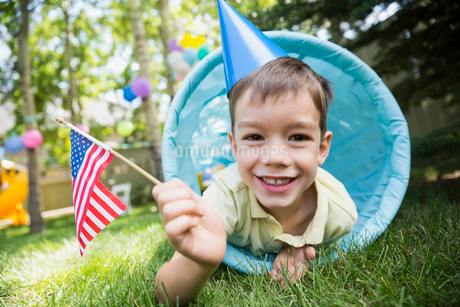 Portrait boy party hat American flag toy tunnelの写真素材 [FYI02278027]