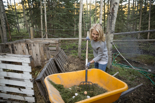 Woman composting in yardの写真素材 [FYI02278411]