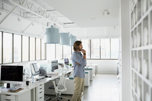 Pensive architect brainstorming in officeの写真素材 [FYI02278558]