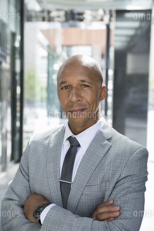 Portrait confident businessman in suit with arms crossedの写真素材 [FYI02279091]