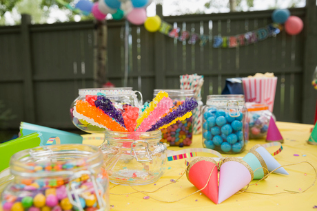Candy party hats on birthday party table backyardの写真素材 [FYI02279153]