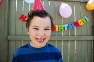 Portrait smiling boy wearing birthday party hatの写真素材 [FYI02279248]