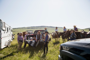 Female ranchers gathering for picnic around truckの写真素材 [FYI02279406]