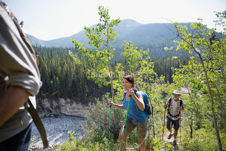 Hikers with poles on trailの写真素材 [FYI02279656]