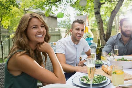 Smiling friends enjoying garden party lunchの写真素材 [FYI02280053]