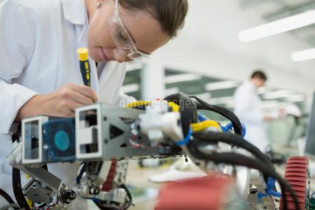 Engineer assembling robotics in factoryの写真素材 [FYI02280818]