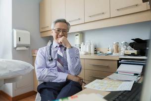 Portrait confident doctor in examination roomの写真素材 [FYI02280833]
