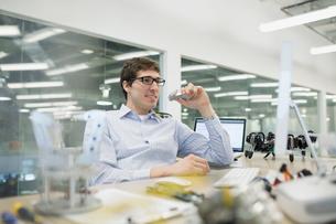 Engineer working at desk with roboticsの写真素材 [FYI02280881]