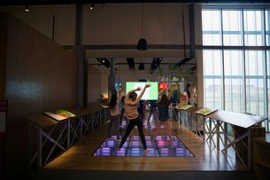 Kids dancing at science center exhibitの写真素材 [FYI02280914]