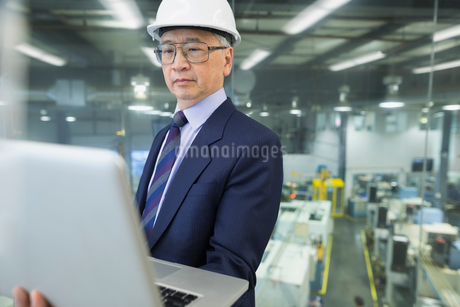 Manager using laptop in factoryの写真素材 [FYI02280919]