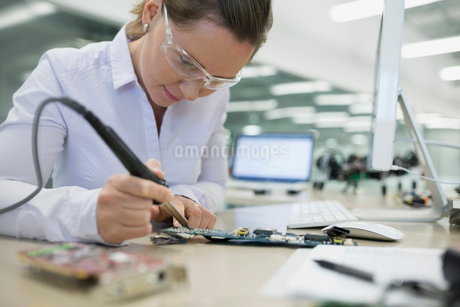Focused engineer assembling circuit boardの写真素材 [FYI02280975]