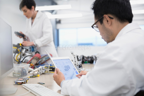 Engineer with digital tablet assembling robotics in factoryの写真素材 [FYI02281000]
