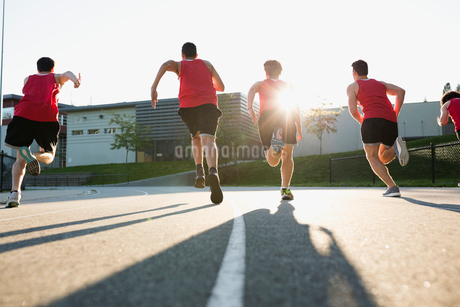 High school track and field athletes running trackの写真素材 [FYI02281122]