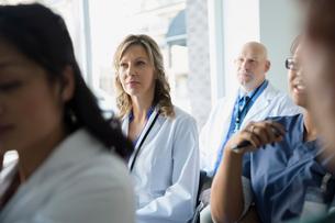 Attentive doctors listening in seminar audienceの写真素材 [FYI02281218]