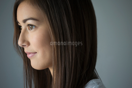 Close up pensive brunette young woman looking awayの写真素材 [FYI02281246]