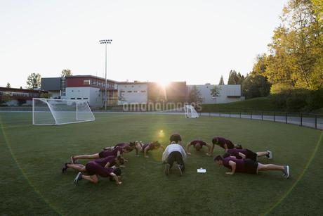 High school students doing push-ups physical educationの写真素材 [FYI02281359]