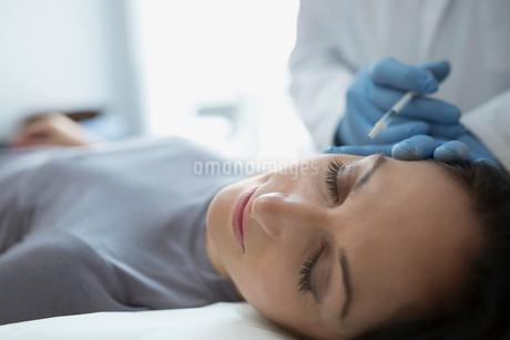 Woman receiving Botox injectionの写真素材 [FYI02281366]