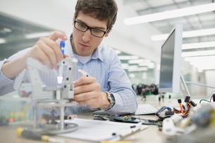 Focused engineer assembling roboticsの写真素材 [FYI02281559]
