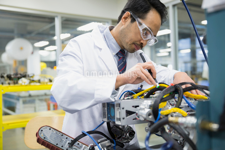 Engineer assembling roboticsの写真素材 [FYI02281562]