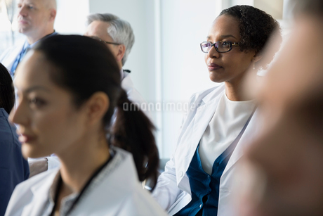 Attentive doctor listening in seminar audienceの写真素材 [FYI02281586]