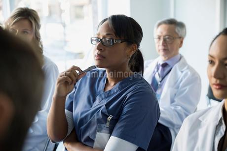Attentive nurse listening in seminar audienceの写真素材 [FYI02281629]
