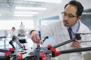 Engineer assembling robotics in factoryの写真素材 [FYI02281701]