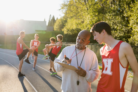 Coach timing high school track and field athleteの写真素材 [FYI02281792]