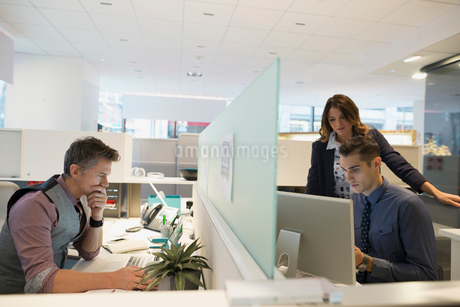 Business people working at cubicles in officeの写真素材 [FYI02281831]