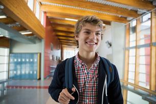 Smiling high school student in corridorの写真素材 [FYI02281903]