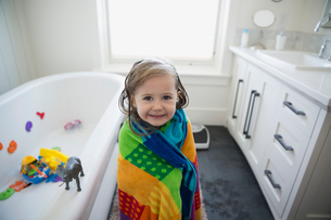 Portrait cute girl wrapped a towel bathroomの写真素材 [FYI02281909]