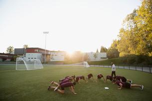 High school students doing push-ups physical educationの写真素材 [FYI02282061]
