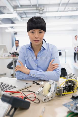 Portrait engineer at laptop assembling robotics at deskの写真素材 [FYI02282107]