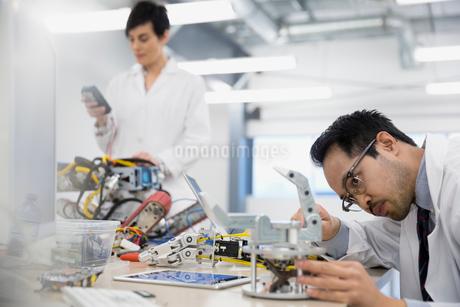 Engineers assembling robotics in factoryの写真素材 [FYI02282133]