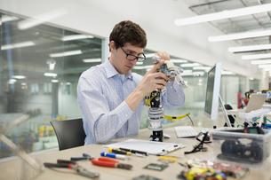 Engineer assembling robotics in factoryの写真素材 [FYI02282139]