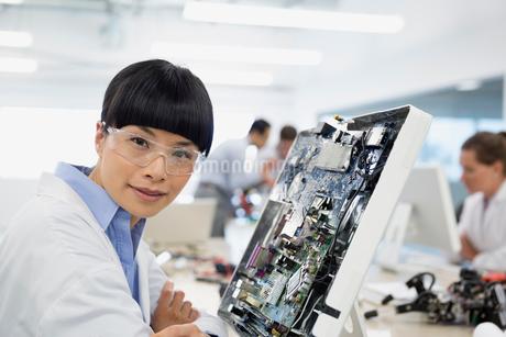 Portrait engineer assembling circuit boardの写真素材 [FYI02282227]