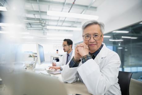Portrait confident engineer in robotics factoryの写真素材 [FYI02282293]