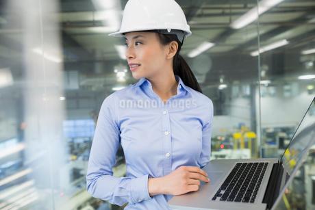 Engineer with laptop in factoryの写真素材 [FYI02282301]