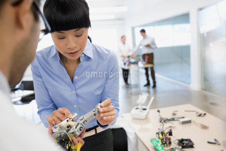 Engineers examining roboticsの写真素材 [FYI02282352]