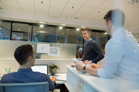 Businessmen talking at office cubicleの写真素材 [FYI02282432]