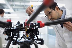 Engineer assembling robotics in factoryの写真素材 [FYI02282511]
