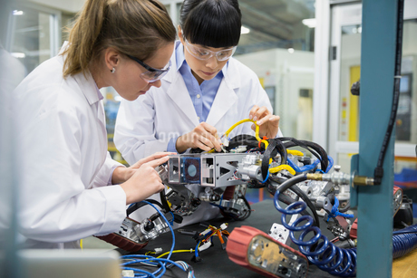 Engineers assembling robotics in factoryの写真素材 [FYI02282588]