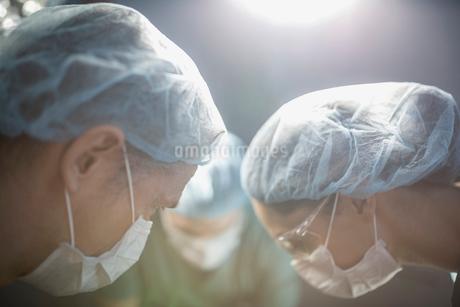 Focused surgeons working in operating roomの写真素材 [FYI02282747]